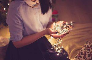 Weihnachten_Frau_kugelpexels-photo-281417